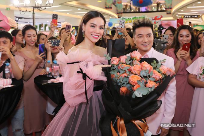 Mr Đàm mặc vest hồng đến chung vui với cô em đồng nghiệp thân thiết.
