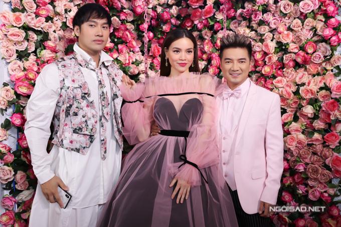 Anh chụp ảnh cùng chủ nhân sự kiện và nhà thiết kế Lý Quí Khánh (ngoài cùng bên trái).