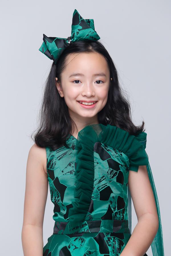 Trong bộ ảnh vừa thực hiện, mẫu nhí khoe nét trong trẻo với các mẫu đầm công chúa - trang phục được bé gái yêu thích khi tham gia tiệc tùng, sinh nhật.