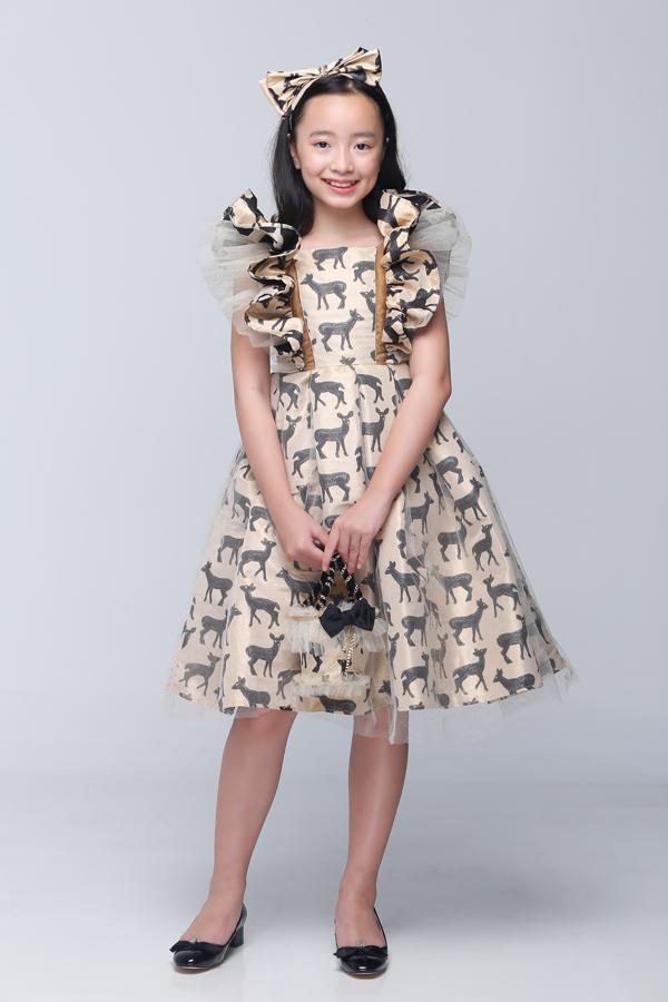 Dáng váy xòe quen thuộc được tô điểm bằng chi tiết bèo nhún, xếp nơ để tăng nét đáng yêu cho người mặc.