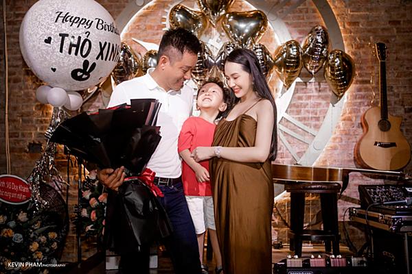 Thu Hương lộ bụng bầu lớn trong tiệc sinh nhật.