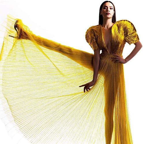 Hồ Ngọc Hà hóa nữ hoàng trong bộ cánh vàng nổi bật.