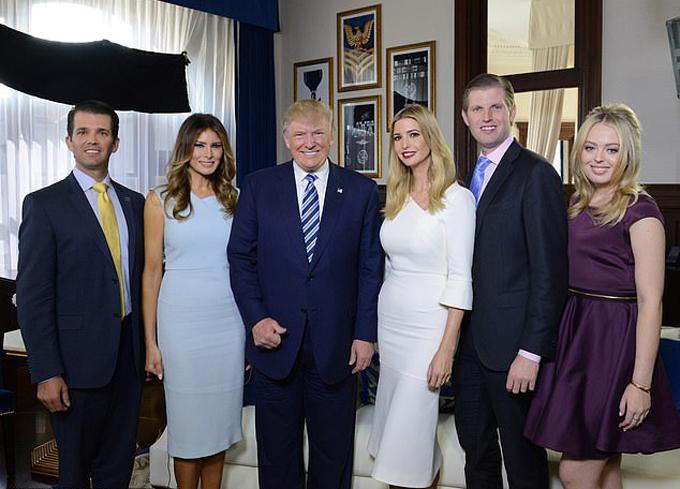 Vợ chồng Tổng thống Donald Trump - Melania và các con riêng của ông Trump, bao gồm Ivanka (thứ ba từ phải sang), Donald Trump Jr. (bìa trái), Tiffany Trump (bìa phải) và Eric Trump (thứ hai từ phải sang). Ảnh: ABC.