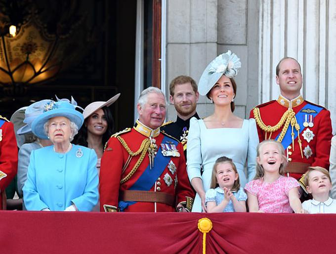 Nữ hoàng Anh cùng con cháu chắt vào lễ sinh nhật 92 tuổi ở Điện Buckingham, tháng 6/2018. Ảnh: PA.