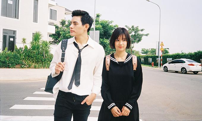 Hoàng Yến để tóc ngắn, mặc váy thủy thủ như nữ sinh trong MV.