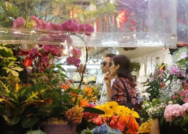 Rời cửa tiệm, cặp đôi tới một hàng bán hoa. Sau khoảng 15 phút, cặp đôi ra về, xách theo lỉnh kỉnh nhiều loại hoa khác nhau, trông tâm trạng cả hai đều rất thoải mái.