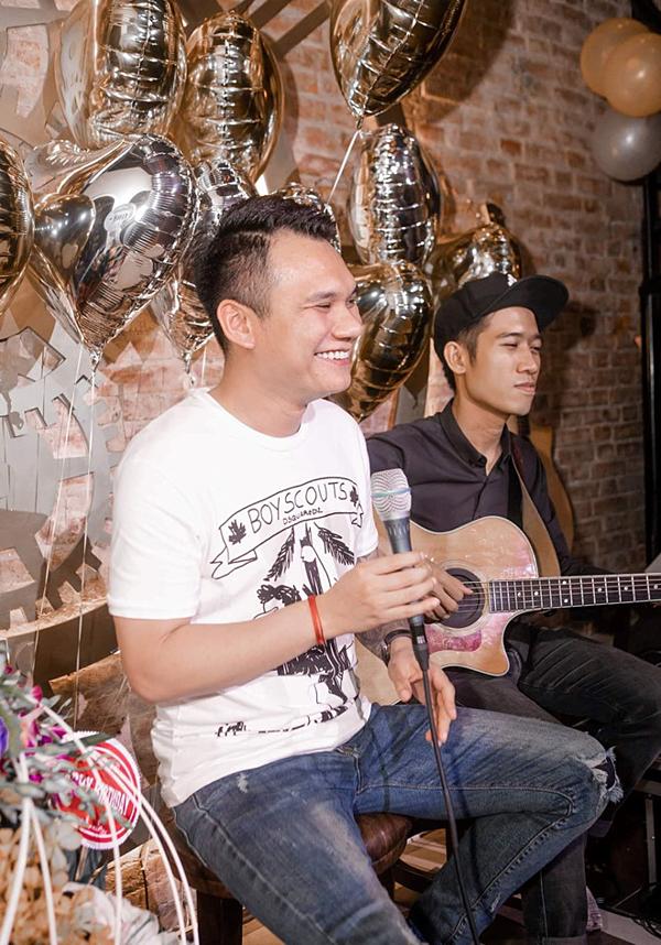Ca sĩ Khắc Việt hát tặng góp vui trong bữa tiệc.