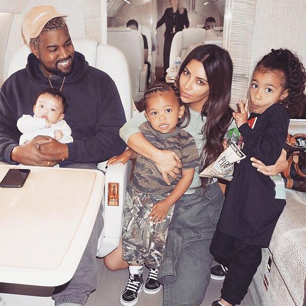 Vợ chồng Kim bên ba con lớn.