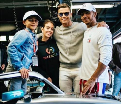C. Ronaldo, Georgina Rodriguez và cậu nhóc Cristiano Jr chụp ảnh với Lewis Hamilton