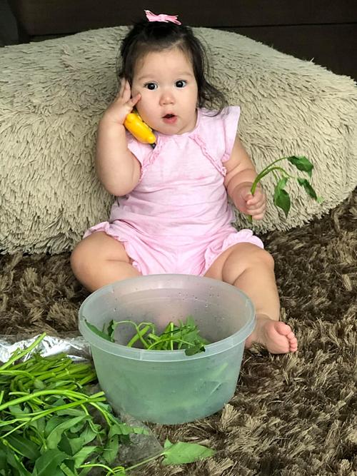 Bé Myla giúp mẹ Hà Anh nhặt rau. Ông nó ơi rau ế ẩm quá hay tôi mang về tối nay mình ăn trừ cơm, nữ siêu mẫu hài hước chú thích.