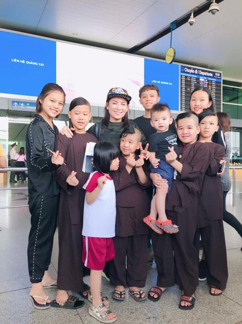 Phi Nhung tạm biệt các con nuôi khi sang Mỹ thăm con gái ruột.