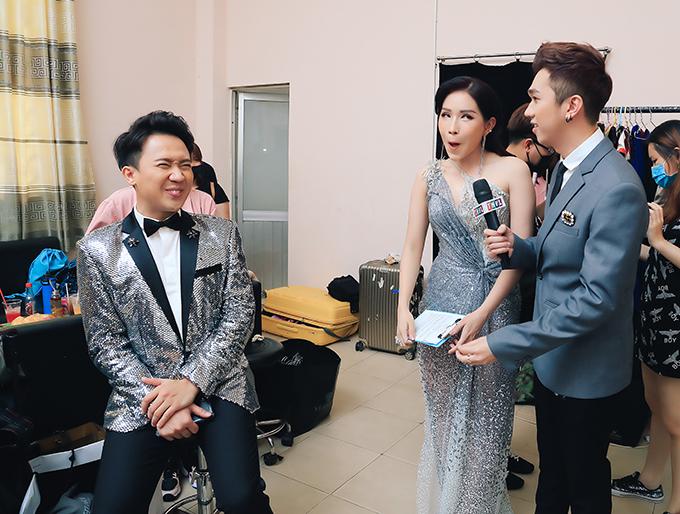 Trấn Thành nhắng nhít ở hậu trường cùng hai MC Khả Như và Minh Xù.