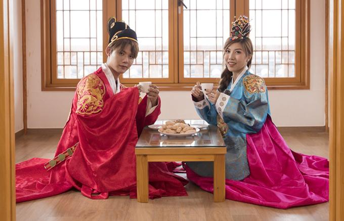Hai ca sĩ Việt Nam được mời ăn bánh, uống trà và tìm hiểu về văn hóa ẩm thực ở nước bạn.