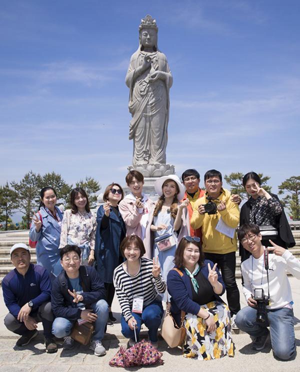 Êkíp Hàn Quốc đi theo hỗ trợ Trang Pháp và Lục Huy ghi lại những khoảnh khắc kỷ niệm. Chuyến đi của hai ca sĩ sẽ được phát trong chương trình Somewhere như trên phim trên kênh truyền hình Ariangcủa Hàn Quốc và đài HTV Việt Nam.