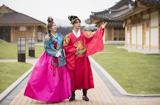 Họ thích thú diện trang phục truyền thống của Hàn Quốc dạo chơi ở làng Hanok.