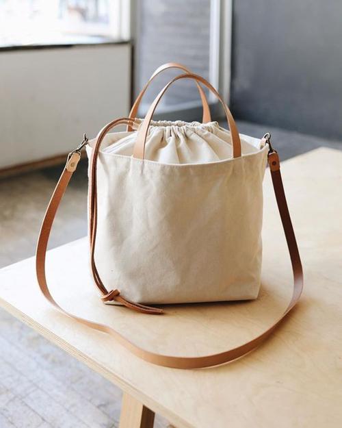 Phong trào hạn chế túi linon, túi nhựa... đã giúp các sản phẩm gần gũi với thiên nhiên như mây, tre, cói đươc ưa chuộng nhiều hơn. Bên cạnh các mẫu túi nan, túi cói mùa hè, túi vải canvas cũng được yêu thích.