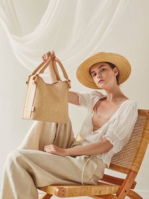 Vải bố màu cà phê sữa, trắng kem được sử dụng để mang tới các mẫu túi đúng chất mùa hè và giúp phái đẹp thể hiện tinh thần sành mốt.