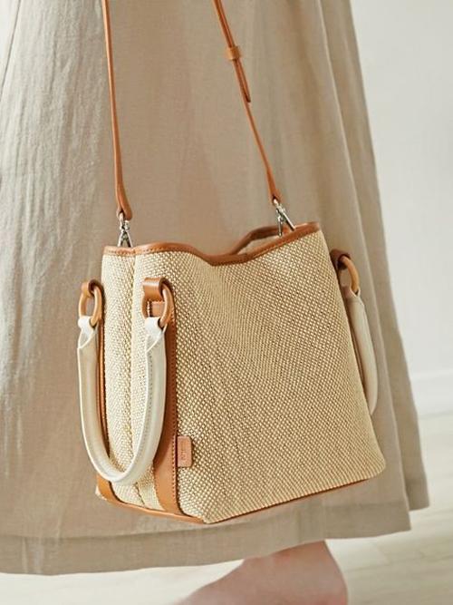 Túi vải canvas được chăm chút về phom dáng, phối thêm quai da, phụ liệu khoen khoá bắt mắt.