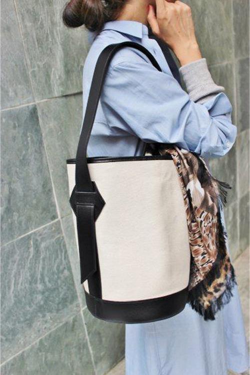 Từ các kiểu tote bag thông dụng đến các mẫu túi xách tay điệu đà đều được làm từ vải canvas tông màu trung tính.