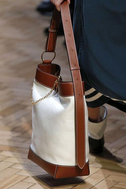 Những cô nàng thích mang nhiều vật dụng cá nhân khi đi làm lại có thể sử dụng túi đeo vai phom lớn.
