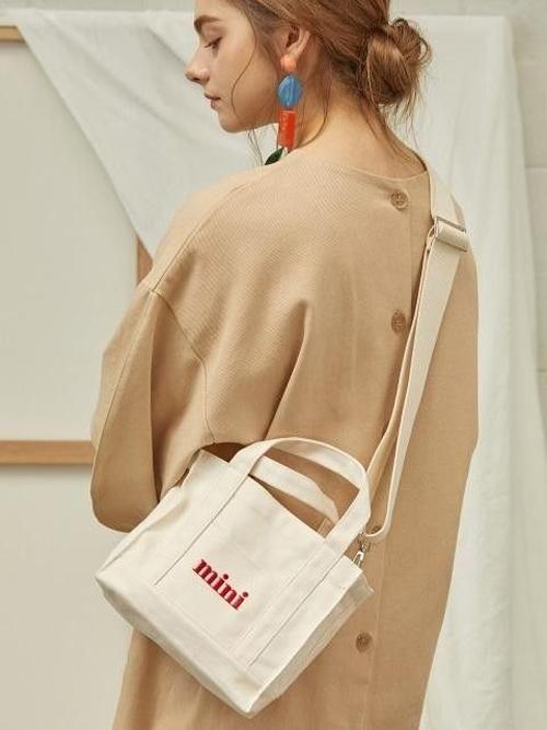 Túi vải canvas còn được dựng phomg theo các mẫu đeo chéo, túi đeo hông hay các kiểu belt bag hot trend ở mùa hè 2019.