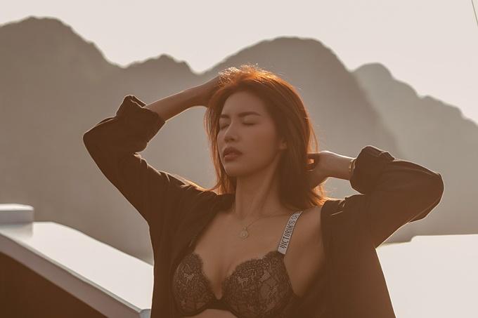 Siêu mẫu diện bikini, khoe vòng một gợi cảm giữa không gian biển trời thoáng đãng.