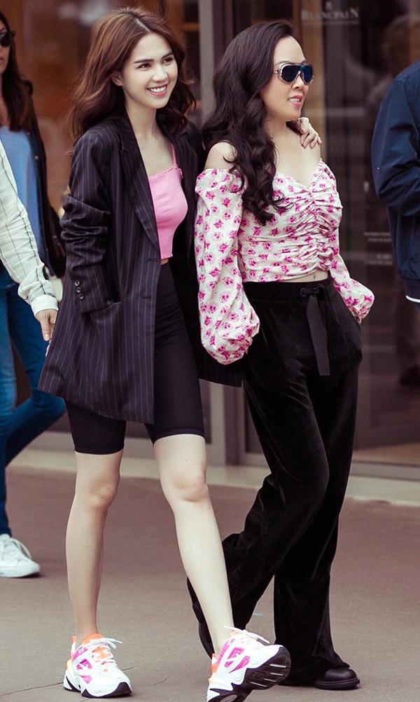 Nữ hoàng nội y và bạn gái Quách Ngọc Ngoan mặc trang phục cùng gam hồng, khoe vẻ trẻ trung trên đường phố Cannes. Ngọc Trinh đang hợp tác kinh doanh hầm rượu vang cùng Phượng Chanel tại TP HCM.
