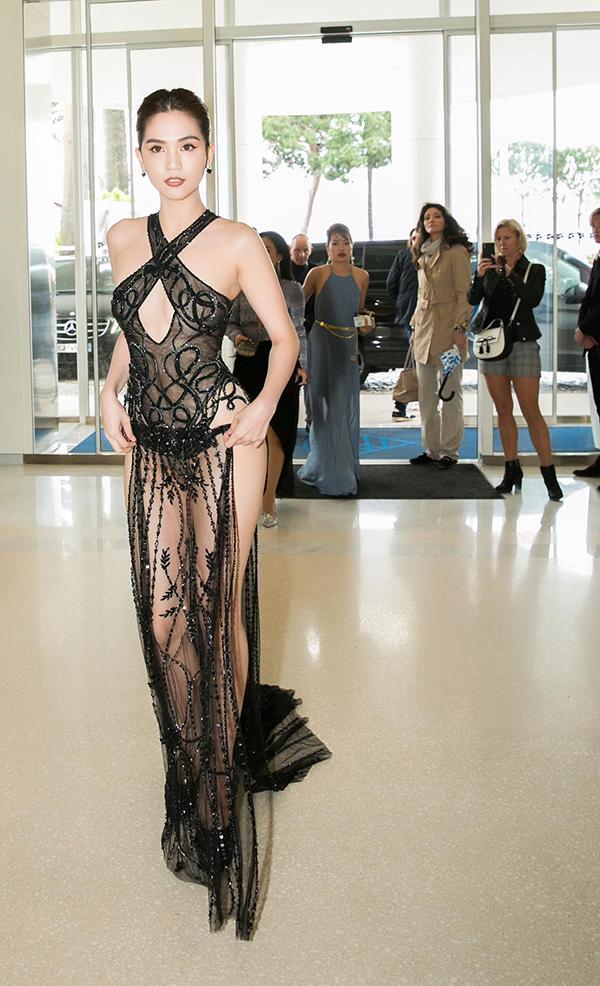 Ngọc Trinh chuẩn bị trang phục khá công phu cho chuyến đi lần này, ấn tượng nhất vẫn là bộ váy xuyên thấu được thực hiện bởi nhà thiết kế Đỗ Long.