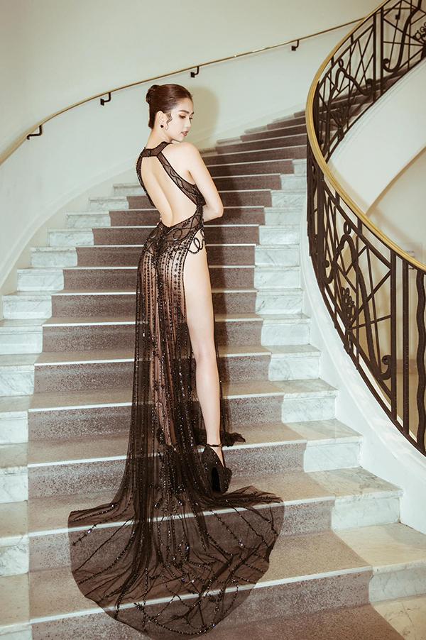 Váy xuyên thấu của Ngọc Trinh là chủ đề thu hút sự quan tâm của khán giả trong suốt thời gian diễn ra Liên hoan phim Cannes 2019. Đây là lần đầu tiên nữ hoàng nội y Việt Nam xuất hiện trên thảm đỏ danh giá và cô đã biết cách để gây sức hút cho bản thân.