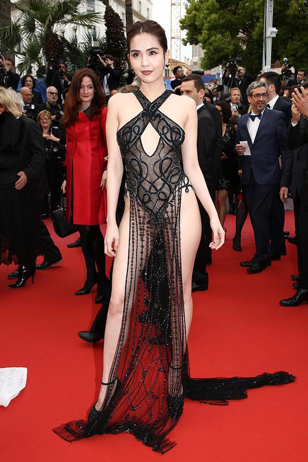 Bộ đầm mặc như không mặc của Ngọc Trinh tại Cannes 2019 do Đỗ Long thực hiện riêng theo yêu cầu hở nhất có thể.