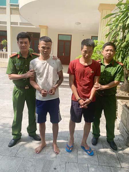 Hai nghi can Nguyễn Đoan Út (áo trắng) và Lê Ngọc Trang tại cơ quan công an.