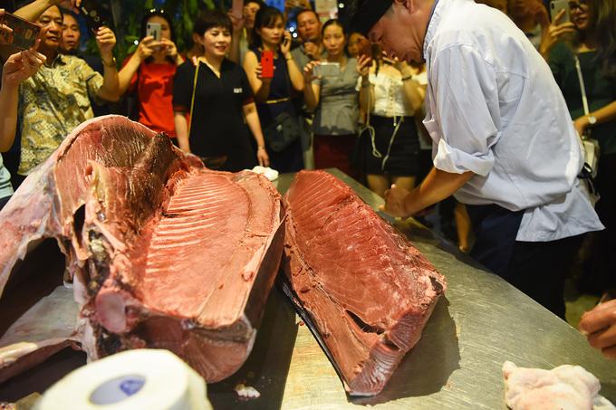 Cá ngừ đại dương vây xanh 200kg được xẻ thịt ở Hà Nội