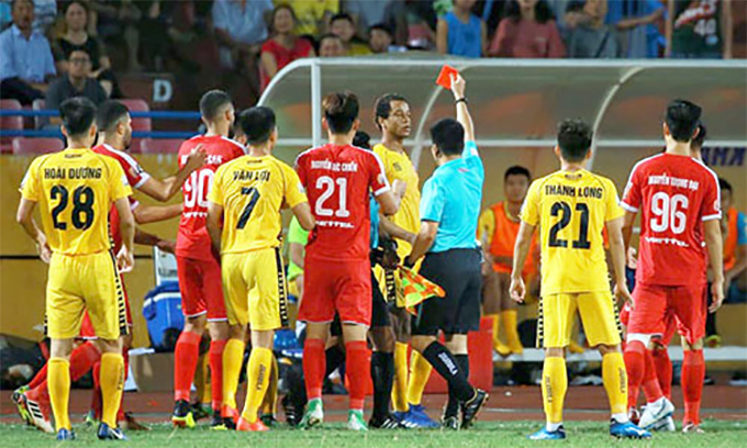 Jermie Lynch nhận thẻ đỏ trong trận đấu với Viettel. Ảnh: LT.