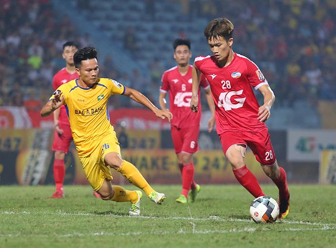 Hoàng Đức (số 28) trong trận đấu giữa Viettel và SLNA ở vòng 8 V-League 2019. Ảnh: Đương Phạm.