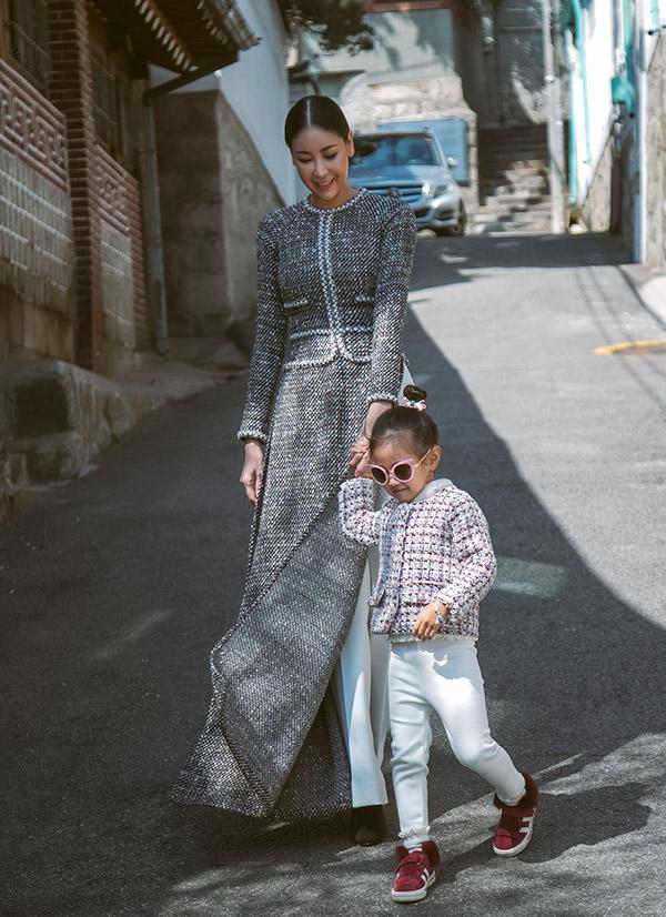 Con gái của Hà Kiều Anh là bé Viann lên 4 tuổi được theo mẹ đi xa. Cô bé có gu thời trang năng động, cá tính.