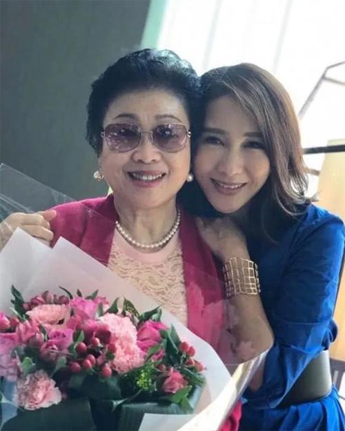 Lê Tư trong tấm ảnh chụp cùng mẹ đẻ, nhân ngày Mothers Day đầu tháng 5 vừa rồi.Lê Tư là diễn viên nổi tiếng Hong Kong, cô được yêu thích với Thâm cung nội chiến, Ỷ thiên đồ long ký, Lấy chồng giàu sang... Sau khi kết hôn, cô từ giã màn ảnh, tập trung kinh doanh.