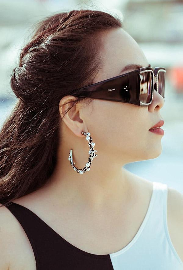Dù hay bị chê bai về gu thời trang nhưng Phượng Chanel cho biết cô không buồn khi bị ném đá vì tự bản thân thấy đẹp là đủ.