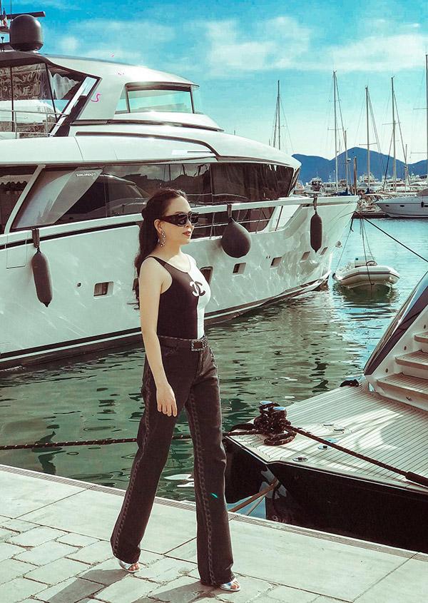 Phượng Chanel tạo dáng chụp ảnh trên bến du thuyền ở Cannes.