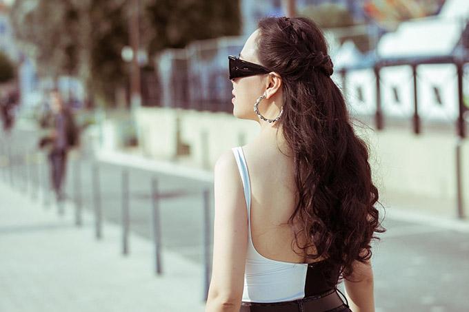 Bạn gái Quách Ngọc Ngoan tự tin khoe lưng trần sexy trên phố.