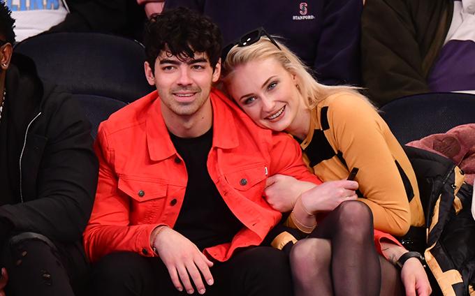Sophie Turner và Joe Jonas thân mật ở nơi công cộng.