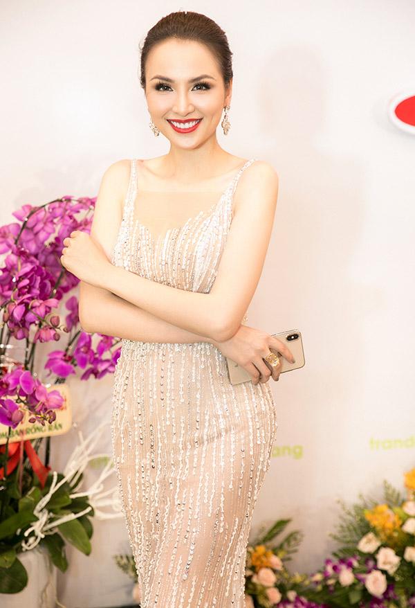 Diễm Hương khoe dáng mảnh mai trong bộ váy dây màu nude. Cô rất hào hứng khi được mời dự sự kiện ở Đà Nẵng.