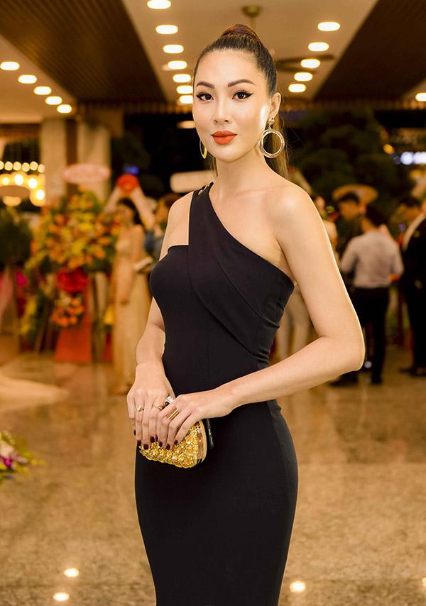 Hoa khôi Áo dài Diệu Ngọc khéo tôn dáng với trang phục ôm khít cơ thể.