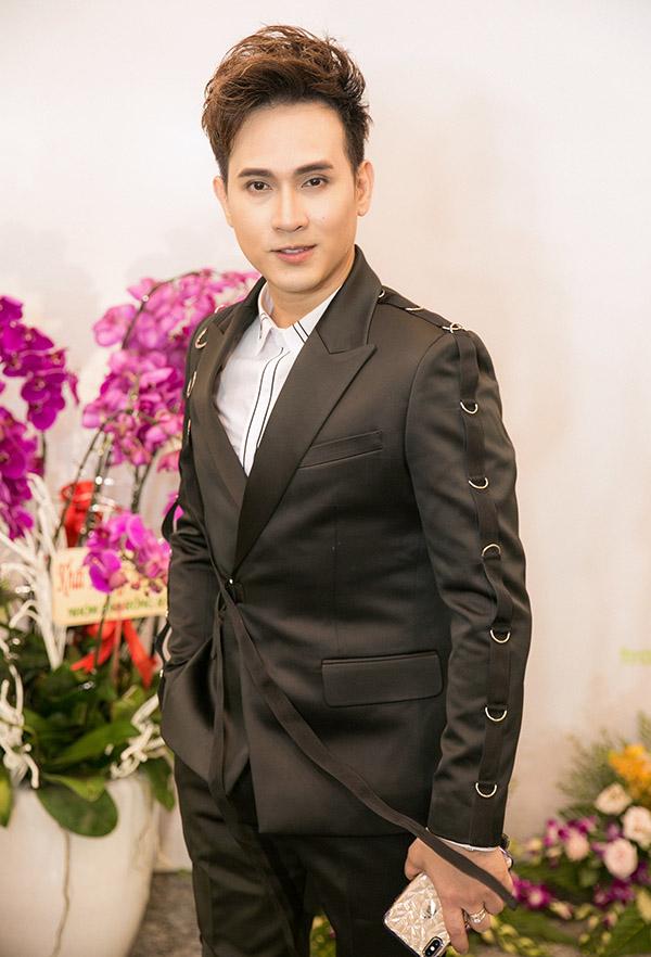 Ca sĩ Nguyên Vũ luôn ăn mặc chỉn chu khi xuất hiện trước công chúng.