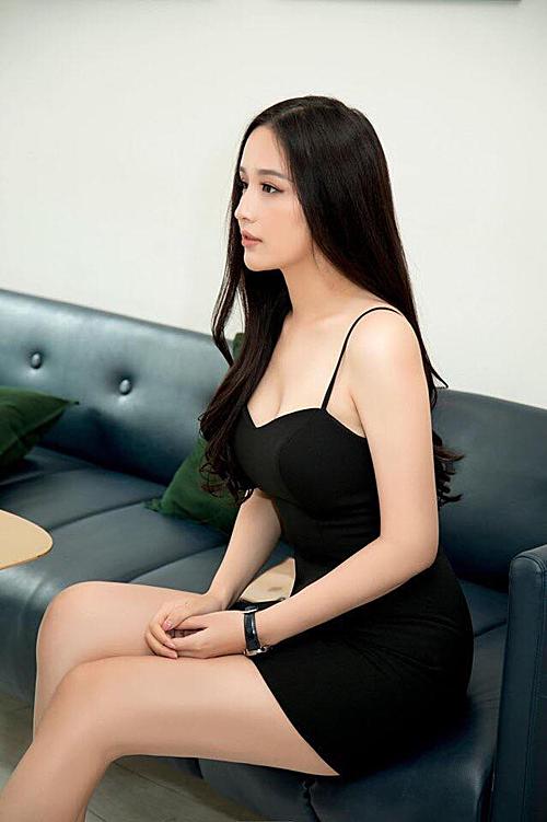 Hoa hậu Mai Phương Thuý khoe nhan sắc và thân hình với bức ảnh chụp nghiêng.