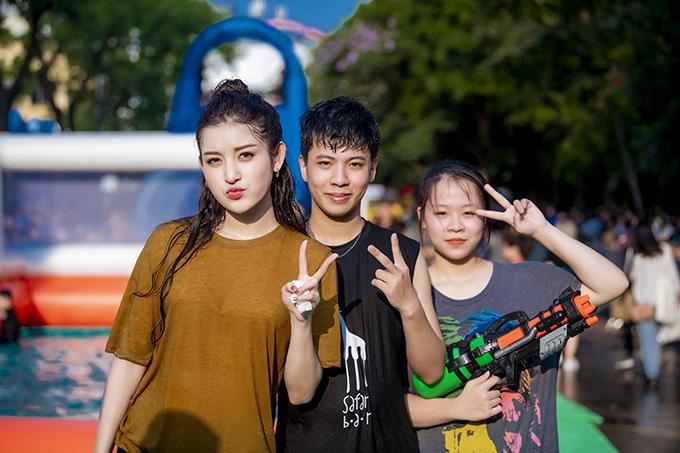 Sự nhiệt tình của Huyền My giành thiện cảm lớn từ các bạn trẻ tham gia sự kiện.