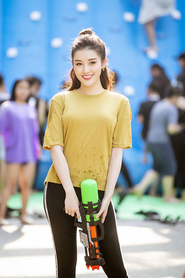 Ngày 25/5, Á hậu Huyền My có mặt tại phố đi bộ quanh Hồ Gươm để tham gia lễ hội Summer Water Beat.