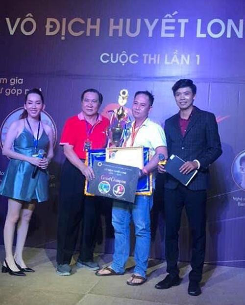 Mr Yuki (áo đỏ) trao cúp và phần thưởng cho nghệ nhân Nguyễn Duy Đạt (áo trắng)- chủ nhân chú Huyết Long đoạt giải lần này. Ảnh: Hung Dung.