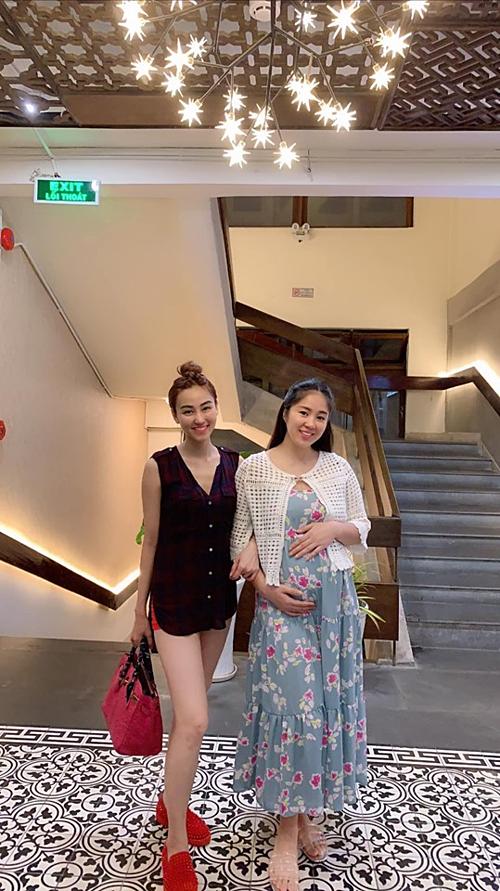 Diễn viên Lê Phương bế bụng bầu lớn pose hình cùng bạn thân Ngân Khánh.