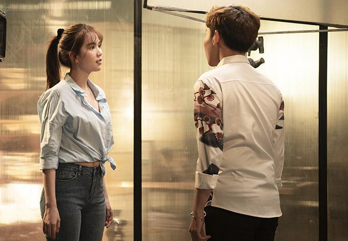 Ngọc Trinh trẻ trung như sinh viên khi mặc áo sơmi, quần jeans xuất hiện trongmột tập thuộc series phim siêu ngắn Trinh30.