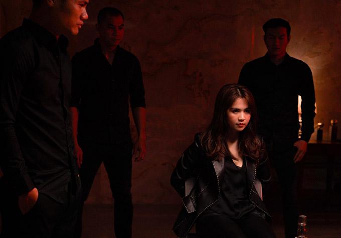 Người đẹp quê Trà Vinh trông gai góc khi hóa đả nữ đối mặt băng nhóm giang hồ.